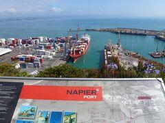 ネーピア港(Port of Napier)の近くは小高い丘になっており、丘の頂上には展望台(Blaf Hill Lookout)がありました。展望台から貨物船が停泊しているのが見えました。