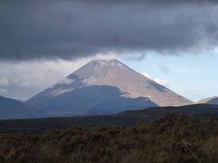 形が富士山と似たナウルホエ山で、標高は2291 mだそうです。ホテルからの景色です。