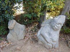 駅から5分(約1.2km)で欽明天皇陵と吉備姫王墓へ。 吉備姫王墓の敷地内に4体の猿石がある。 動物の猿ではなく、渡来人を模したとのことである。 背面にも顔があるものもあるが柵があってよく見えない。