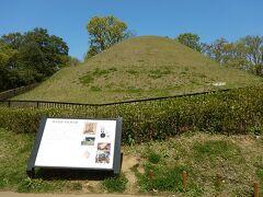 猿石から10分(約1.5km)、高松塚古墳。 公園内まで自転車で入っていける。 古墳の近くには壁画館があり、再現された古墳内の壁画のレプリカを見ることができる。