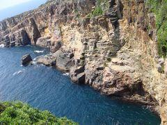 三段壁の景観も素晴らしいです。  濃い海の青さに吸い込まれそうです。