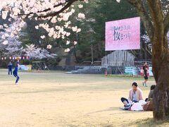 桜祭りが開かれていて大勢の人が楽しんでいました。