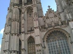 フランドル地方で最大のゴシック建築の大聖堂、ノートルダム大聖堂です。 1352年に建設が始まり、123mの北塔が完成するまで169年もかかりました。