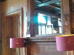 お昼は「カステル ドゥ ポン ア レス ホテル」にて おしゃれな造りです。