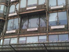 自由行動で、楽器博物館に行きたくて、道に迷って尋ねたら「美しい建物」と教えてくれました。確かに、アールヌーヴォーの、昔デパートだったという感じがします。