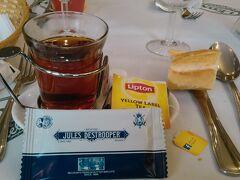 昼は自由食でしたが、ツアー客全員5人+TD1人ですから、皆でそろって昨夜の シェレオンへ。 紅茶2.95ユーロ