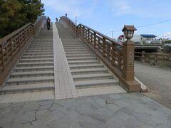 【矢立橋】    太鼓型の歩道橋で、南北に通る草加松原遊歩道に連続性を与えています。付近の景観や歴史性を考慮して、和風のデザインを基調としています。    矢立橋は平成6年5月に建設されました。橋名は市民から公募したもので松尾芭蕉の「おくのほそ道」からの引用したものです。矢立橋は、「行く春や 鳥啼き魚の目は泪 これを矢立の初めとして行く道なほ進まず」から引用しました。