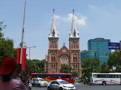 サイゴン大教会…、しかしこの時11:00で入場できず(11〜15時まで入場不可)。