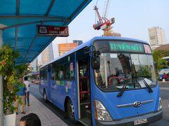 ベンタイン市場の目の前にあるバスターミナルで空港へのバス時刻を調べて戻ります。 152番が空港行バスです(写真のバスは違う)。