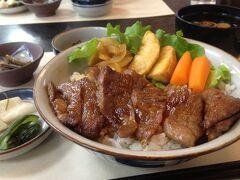 まずは腹ごしらえ。奮発して松坂牛のステーキ丼をいただきます。
