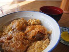 ちょうどお腹もすいてきてお昼御飯。大アサリが有名なので、大アサリ丼を食べました。 ◆鈴屋 こちらが元祖大アサリ丼のお店らしい。 ちょうど団体客がいて満席。お腹がすいていたのとずっと外にいたので体が冷えていて…早くご飯が食べたーーい!   10~20分待って席に案内されて、食事が出来ました。 卵とじの大アサリのカツが美味しい!