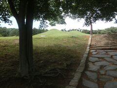 実物の古墳を見に行きます。  前円後円墳 韓国はこの形が好きですね。