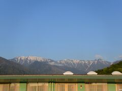 穂高温泉 ホテルアンビエント安曇野から眺める朝の北アルプス 5;40頃  (左)大滝山(標高2616m)、(右)蝶ヶ岳(標高2677m) この山の向こうが上高地になるそうです。  前夜、早めに就眠したこともあり朝早く目覚めてしまいました。 この日も良いお天気になりそうです。  朝風呂に入り朝食のスタート時間を待ちます。