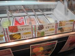 食後は、岡山駅のフルーツショップ「花いちご」。さすがフルーツ王国、フルーツ系のジェラートが充実しています。