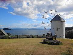 バスに乗って、オリーブ園へ。ギリシャ風車と海が素敵でした。
