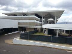 空港の規模は田舎の大空港だが、人も少なく寂しい空港です。