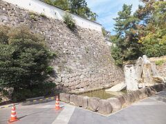 駅の改札を出ると石垣が見えてきました。 噴水がありました。