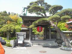 【長谷寺・入口】  鎌倉でもかなり有名な寺社である「長谷寺」。 私も昔から何度も鎌倉を訪れていて、すぐ近くの大仏様は何度か行ったことがあるのに、なぜか長谷寺には行ったことが無かったのです。  今回、御霊神社から由比ガ浜へ。そこから長谷駅側を通って長谷寺へ向かいましたが、どうも、御霊神社から長谷寺の手前に抜ける近道があったようです。鎌倉散策の際、頭の中に入れておいてもよいかも知れませんね。  さて、長谷寺ですが、門前には古い旅館があったりして、昔から栄えていたことがうかがわれます。 写真は門ですが、この左手に入場券の券売機があって、交通系の電子マネーも利用できました…ということで、福岡在住の私はnimoca(西鉄)で購入。歴史と伝統のあるお寺ですが、ハイテクも駆使しているようです。 券売機と一緒にカフェや売店もあって、外国人観光客がソフトクリームやコーヒーを嗜んでいました。