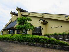 加藤文太郎記念館図書館  小説「孤高の人」のモデルとなった浜坂町出身の登山家、加藤文太郎。彼を顕彰した記念図書館です。  こちらの前にある駐車場が観光駐車場として利用できます。