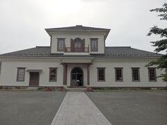 その先には「西置賜郡役所」がありますよ。  1878年(明治11年)完成の日本で2番目、山形では最古の郡役所の建物だそうです。 現在は「小桜館」と呼ばれていて無料で館内を見学できます。