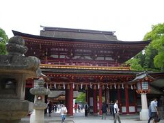 大宰府駅から、土産物店などが並ぶ賑やかな参道を人の流れに乗って数分歩くと、天満宮に着く。参道は、日曜日ということもあってか、かなりの人出だったが、アジア系の外国人が多かった。