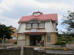 田園調布旧駅駅舎  1923年に目黒蒲田電鉄が開業し誕生。 当時は調布駅だったが、後に田園調布駅に改名。 駅の地下化により解体されたが、地元住民からの強い要望と歴史的経緯から復元された。 2000年関東駅百選に選出。