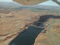 ☆U.S.A-Lake Powell★  「レイクパウエル遊覧飛行」 飛び立ってすぐ、右側にレイクパウエルの起源となるグレンキャニオンダムが見えてくる。グレンキャニオンダムが水を堰き止め、約300kmに及ぶレイクパウエルを創り出したという。ページではグレンキャニオンダムも一大観光地にもなっているようだ。