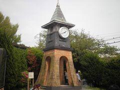 【鎌倉駅西口、時計台】  市役所横を通り、鎌倉駅へ。 写真は西口広場の一角にある時計塔です。 鎌倉駅が建て替わる前の駅のシンボルでした。 今の駅はきれいで便利になりましたが、私は昔の時計台のある駅舎の方が好きでした。  帰りは、JR湘南ライナーで新宿に戻りました。