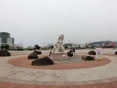 駅前広場にある 愛の女神像