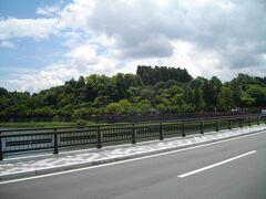 球磨川に沿って歩くこと15分くらいで、人吉城址に着く。日本百名城に数えられるということだが、今では、城壁のみが残る公園になっている。緑が茂り、小高い丘にしか見えない。