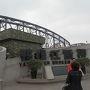 中国にある、北朝鮮との国境の街、丹東です。朝鮮戦争で米軍に破壊された国境の橋「鴨緑江断橋」や、北朝鮮レストランなど楽しめます。