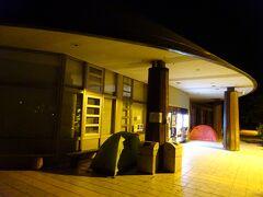 街灯も殆どない夜道を約10kmを歩いて登山口へ。 途中で立ち寄った道の駅にはテントが。