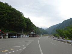 山道を下って約45分で「仙流荘」バス停に到着