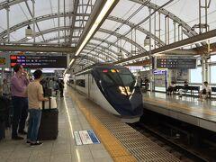 仕事が終わって、速攻、成田空港へ向かう。  しかし、間一髪のところでアクセス特急を逃した。無念。 結局、倍の金額で、スカイライナーに乗車。早いよね、さすが。
