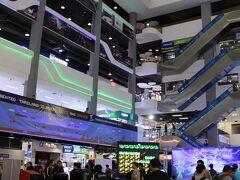お次にやってきたのは、Pantip Plaza。 Central Worldから歩いて10分くらいですかね。  バンコクの秋葉原と称してもいいくらいに、電気なビルです。
