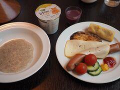 2016.6.17  6時起床、外は小雨で若干寒い。Cumulus Turku Hotelの朝食は6時半から。 オートミールとウインナーなど、フィンランドで有名なカレリアパイも食べました。(チーズの奥にあるものがそれです)カレリアパイは香ばしく味はあまりなかったです。