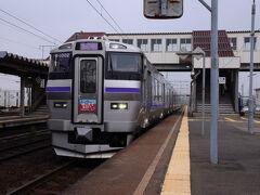 終着の新函館北斗駅で、11:09発の快速『はこだてライナー』に乗り換える。 新幹線の開通に伴って生まれた列車で、車両も新しく快適な乗り心地だった。 函館駅まで行く予定だったが、バスの乗り継ぎ時間が短いので、思い切って一つ手前の五稜郭駅で下車。 ここから、奮発してタクシーで五稜郭バス停へ向かうことにした。