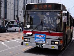 やってきた11:43発の恵山御崎行きのバスは、3分ほど遅れていた。 車内は、席が少し空いているくらいの混み方。 でも、進むにつれて乗り降りがあり、途中からは立っている人もいるくらい。 生活路線なんだなと。