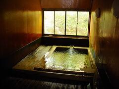 浴室はと言うと、木造でとてもいい雰囲気。 源泉が直接湯船に投入されていて、これがなかなか湯量も豊富。 38度ほどの温湯で、滑らかで優しいお湯だった。 清流のように透きとおった美しい湯で、これぞ名湯と言った感じ。 いつまでも入っていたくなる極上の湯だった。