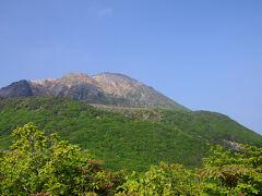 登り切ると、目の前が開け、向こうに恵山が聳え立っていた。 山頂付近は荒涼とした山肌で、いかにも活火山らしい姿。 明日は、あそこへ登ることになる。 晴れてくれれば、絶景が拝めそうだな。