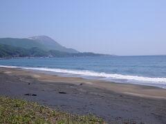 海岸からは、先ほどまでいた恵山が彼方に。 最後にお別れができて良かったな。