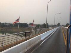 友好橋の国境です。 車は通行止め、モニュメントはなんて書いてるのでしょうかね。 きれいな夕日でした。 ※動画からのキャプチャーです。