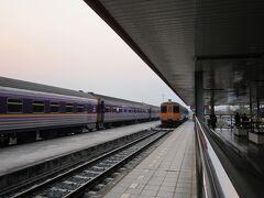 ノーンカーイ駅に到着です。 隣の列車が乗車予定のバンコク行きでした。