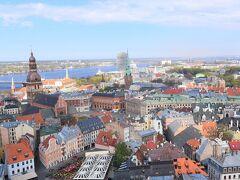 先を急ぎます。  さて!!ペテロ教会の塔からの素晴らしき眺め~~。  ・登頂:7.00ユーロ  遥か向こうにバルト海が観えます。