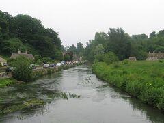 「バイブリー」に移動しました。バイブリーは詩人でありデザイナーであったウイリアム・モリスが「イングランドで最も美しい村」と、その風景をこよなく愛した村です。村の中心には綺麗なコルン川が流れていました。