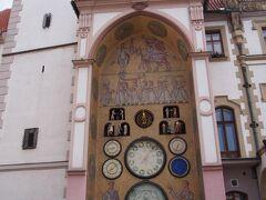 オロモウツ ホルニー広場市庁舎の仕掛け時計 ちょっとユニークな時計です。 仕掛け時計なので、毎正時に動くそうですがまだ正時まで15分近くあります。