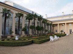 フラワーガーデン(入口) 城の庭園もう1つクロムニェジーシュの代表する庭園です。 こちらはしっかりと2人で90コルナ(450円位)取られました。 何だか温室があるけど。(帰りにわかったのですが、ここで育成している)