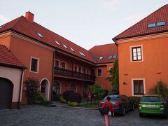 クロムニェジーシュ Hotel Octarna(オツタールナ) ホテルの建物が低く、ちょっと棟が分かれているがいい感じです。