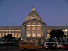 西洋の神殿風のこの建物はサンフランシスコの市庁舎。
