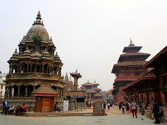 """そしてダルバール広場の入口へ。  """"地球の歩き方'13〜'14""""の表紙にもなっている風景で、ネパール伝統の三重の塔や、インドと西洋がミックスしたような円錐状の石造りの塔が建ち並ぶその様は、まさに""""美しい""""の一言。  1年前の大地震にもよく耐えた世界遺産の建物群ですが、ただひとつ残念なのは、大気汚染で空が濁っていて、""""地球の歩き方""""の写真のようにはヒマラヤの雪山が見渡せないことか・・・。"""